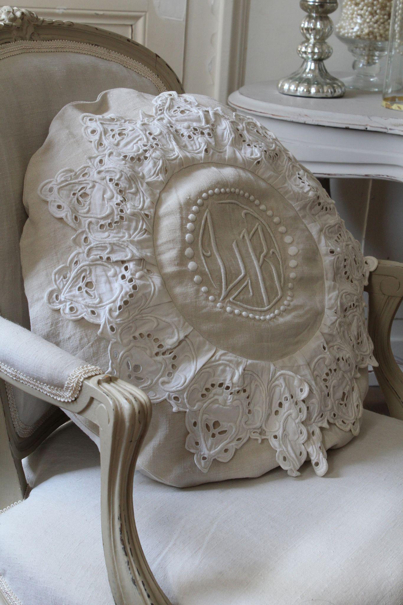 Coussin fait avec des draps et broderies anciennes de récup
