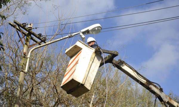 Tras el robo de cables, se repararon luminarias en el barrio La Lucila