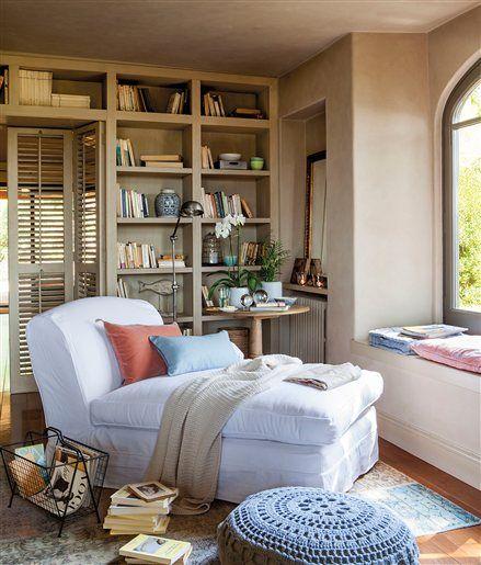 Rincón de lectura en el salón con chaise longue