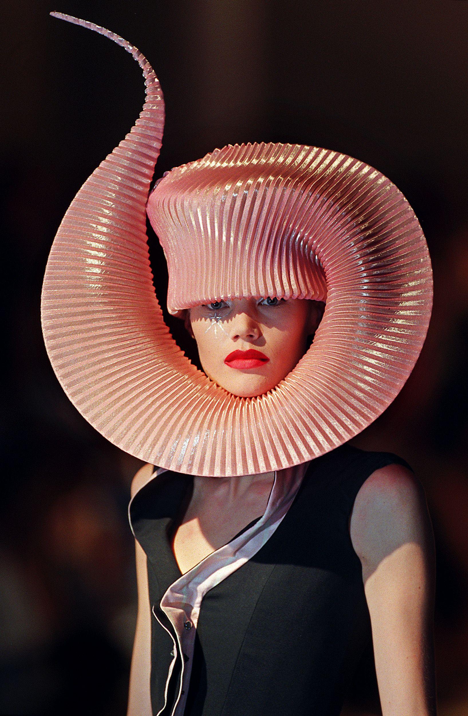 b222d6d4573239 Paris Haute Couture Show, 2001   mask   Crazy hats, Philip treacy ...
