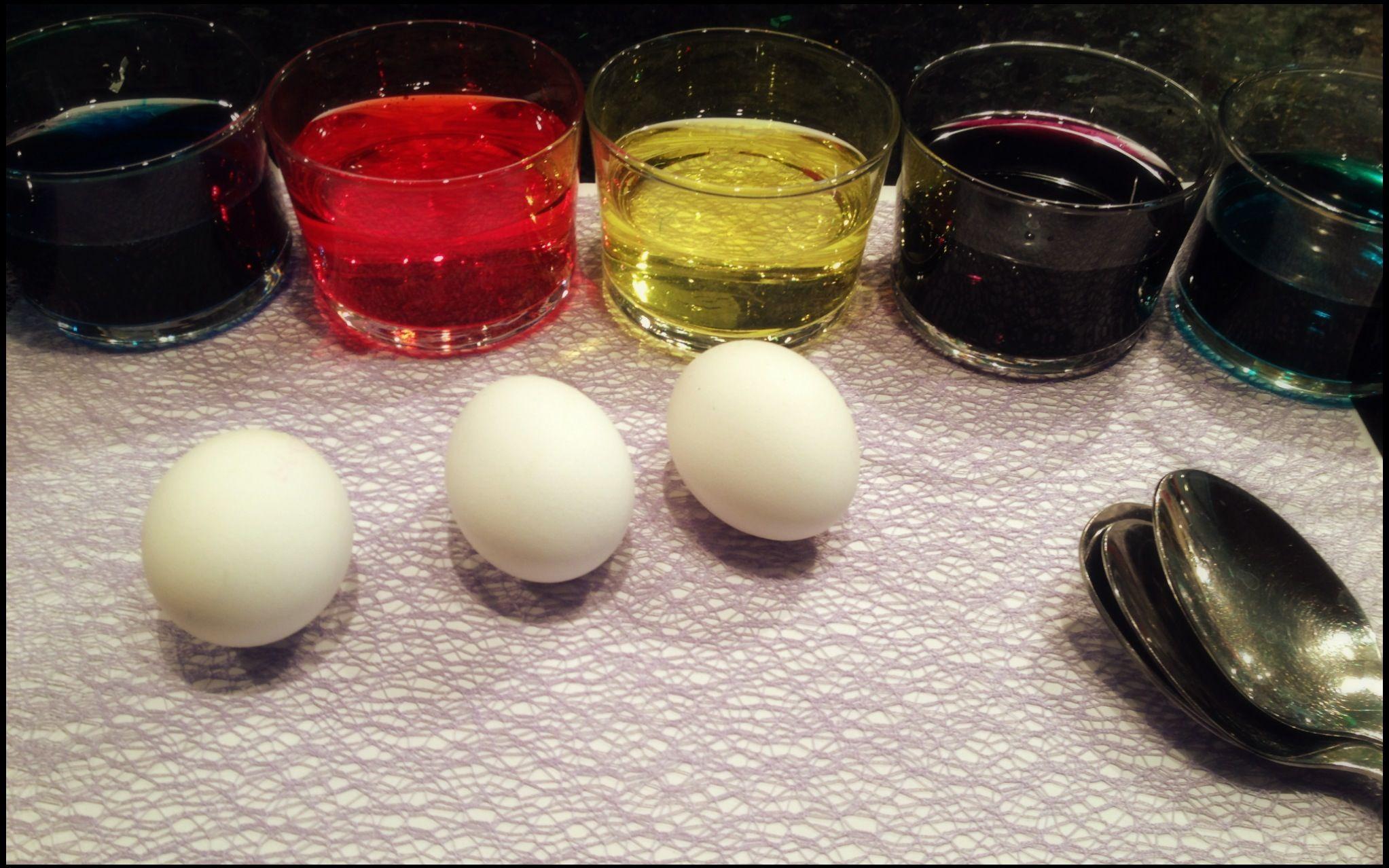 Jetzt kann's losgehen:   Lege das Ei auf den Löffel und transportiere es in das Glas mit Farbe. Dort lässt du es rund sechs Minuten die Farbe einziehen. Danach nimmst du es wieder mit einem Löffel aus dem Glas, tupfst es sorgfältig mit einem Haushaltspapier ab und wenn du möchtest, kannst du es mit wenig Öl einschmieren, damit die Farbe noch besser zur Geltung kommt.   Foto: ImmoScout24