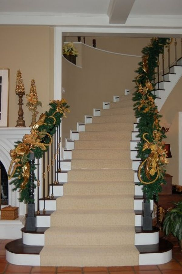 Decorate the stairs for christmas 30 beautiful ideas - Christmas decorations for stair rail ...