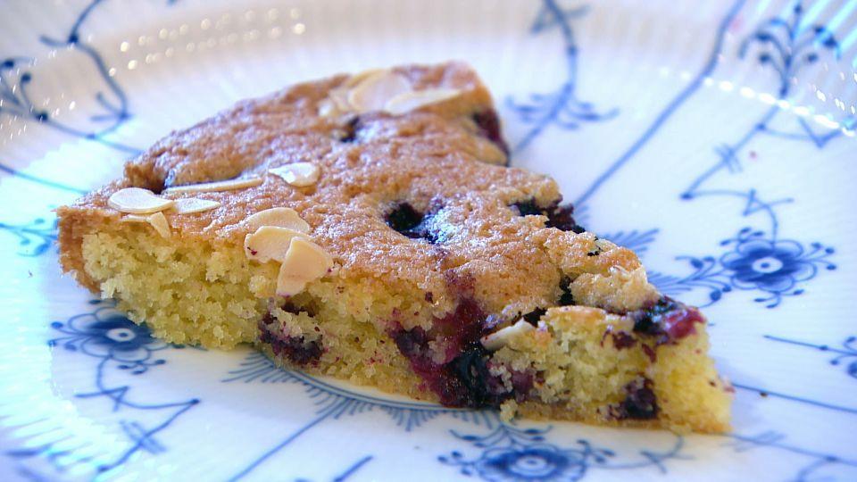 Bærkage er en lækker dansk opskrift af Nadia Mathiasen fra Go' morgen Danmark, se flere dessert og kage på mad.tv2.dk