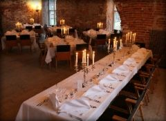 Morsiusparin, kaasojen ja bestmanien pöytä
