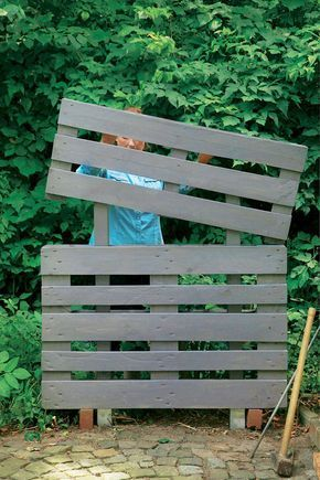 kreativ idee so wird aus paletten ein bl hender sichtschutz deko. Black Bedroom Furniture Sets. Home Design Ideas