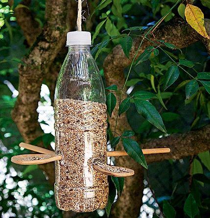 Comedouro de pássaros com garrafa PET e colheres de pau :-)