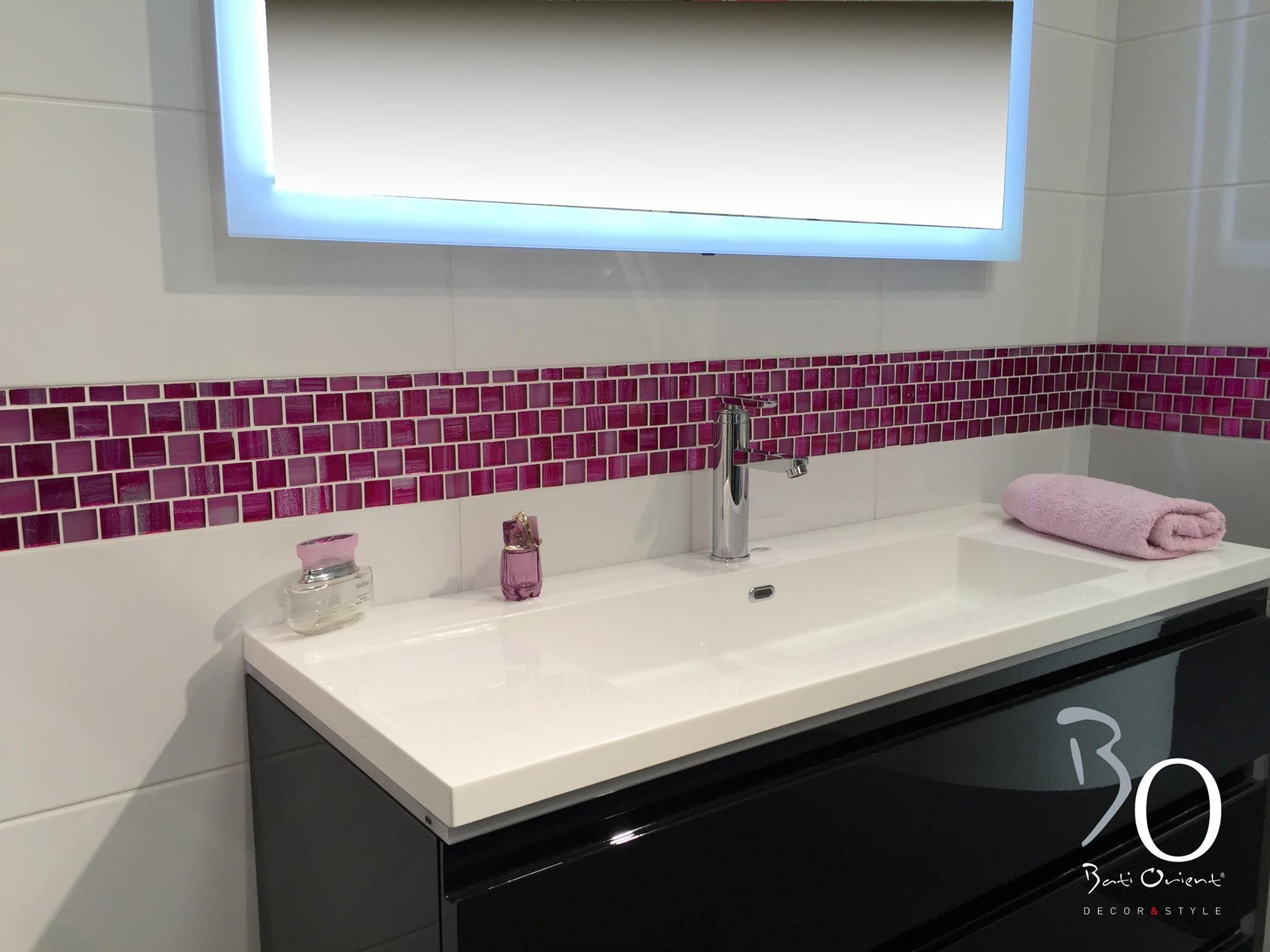 jolie frise murale par bati orient en mosa que de verre couleur fushia et motif ligne argent. Black Bedroom Furniture Sets. Home Design Ideas
