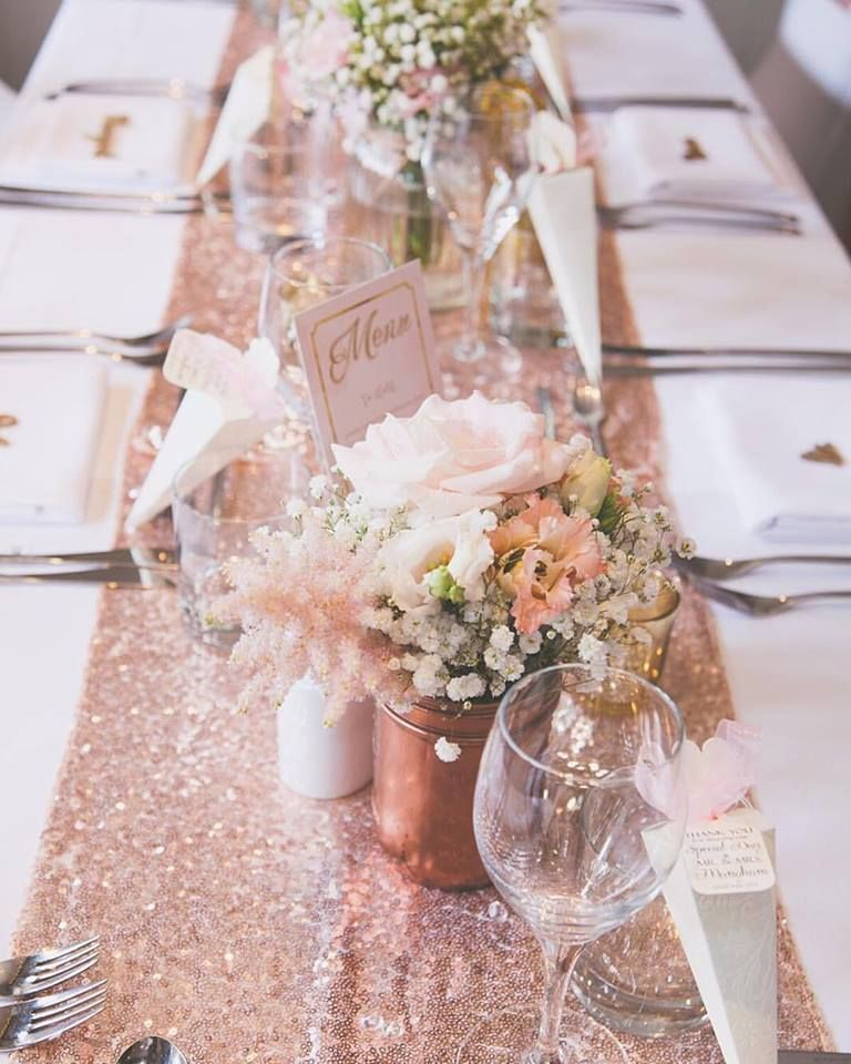 Rose Gold Sparkle Sequin Runner Mit Blume Herzstuck Table Settings For Parties En 2020 Table Mariage Rose Decoration Table Mariage Champetre Centre De Table Mariage