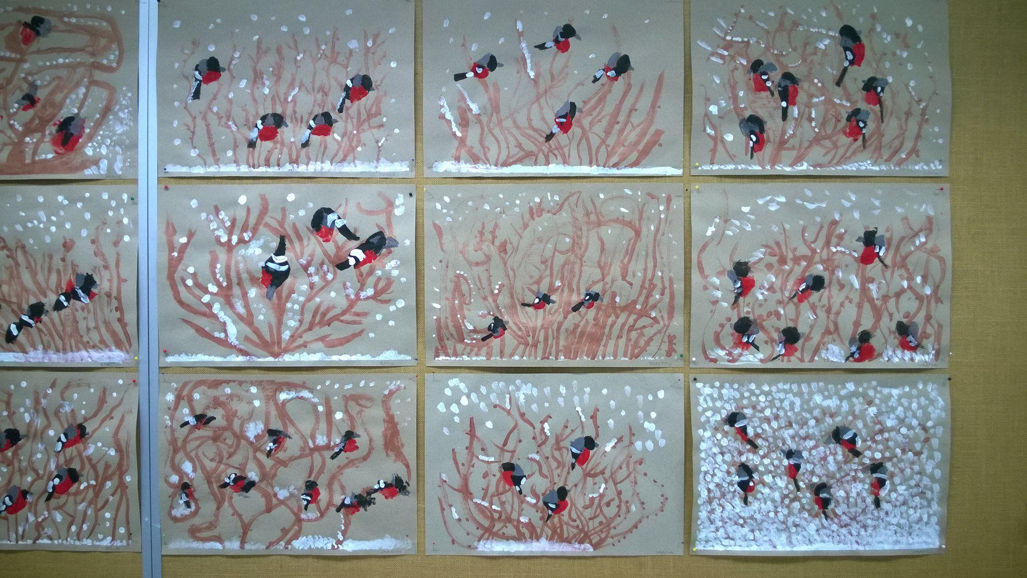 """""""Punatulkut pensaikossa"""" (1.lk) 1. Maalataan ruskealla oksia. 2. Painetaan peukalon kiinnekohtatyynyllä punaiset läntit pensaikkoon. 3. Maalataan harmaat kolmiot punaisen yläpuolelle kiinni punaiseen. 4. Maalataan mustalla päät, siivet ja pyrstöt. 5. Työn kuivuttua maalataan valkoiset siipikuviot ja selkälaikku. 6. Maalataan valkoisella lunta maahan ja oksille. Osa punatulkuista jäi lumipyryn keskelle pensaikkoon. (Alakoulun Aarreaitta FB -sivustosta / Päivi Laakso)"""