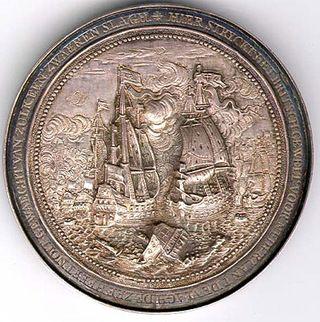 Hier zie je een munt met een boot erop, deze munt is gemaakt als historiepenning naar aanleiding van de acties van admiraal Cornelis Tromp tijdens de Vierdaagse Zeeslag in 1666.