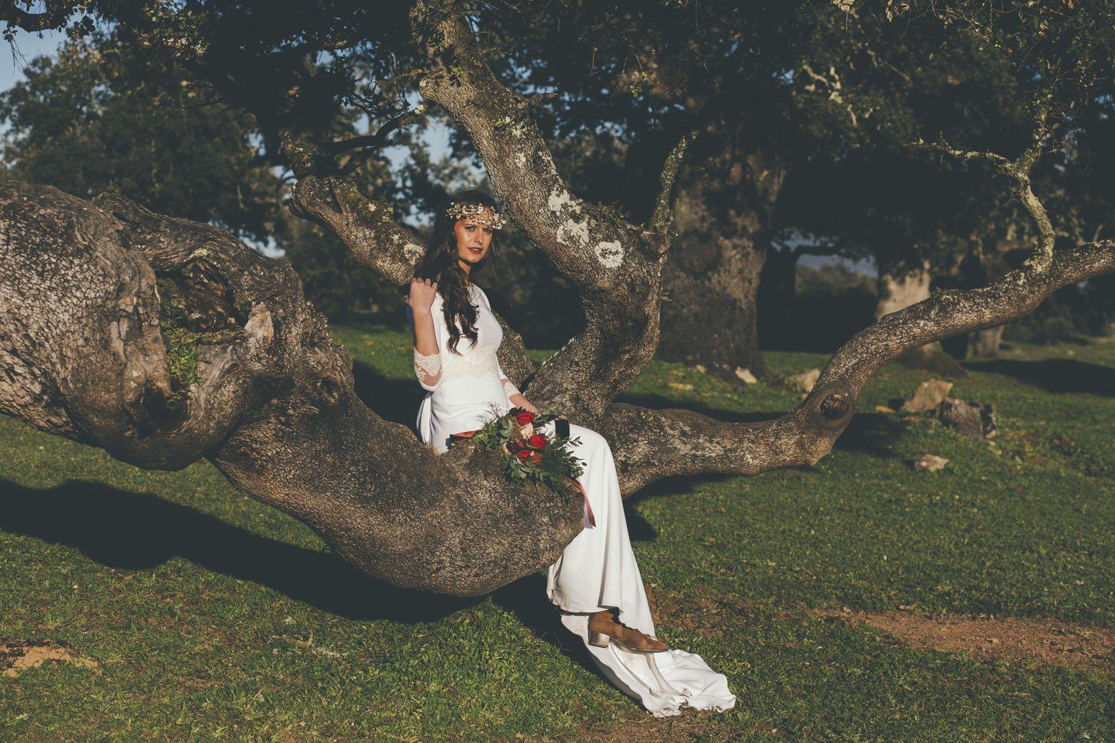 Recurrimos a la dehesa para ofrecerte una preciosa sesión de inspiración de boda en la dehesa, y todos los detalles de una novia espontánea y sencilla