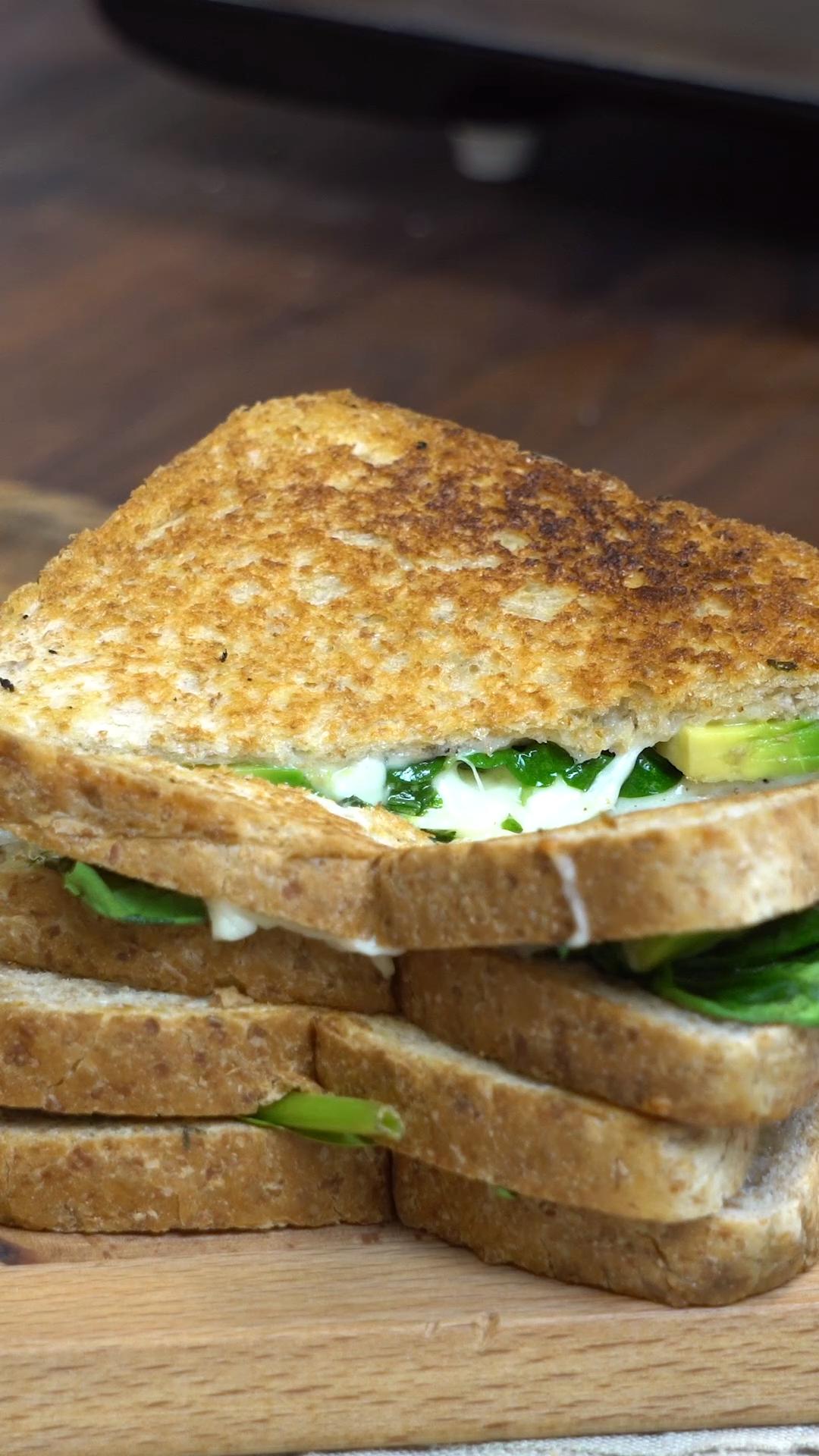Dieses leckere Sandwich musst du unbedingt probieren Grilled Cheese Sandwich mit Avocado und Baby-