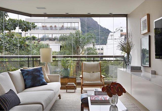 Quando o verde urbano invade a casa o ambiente fica (ainda) mais acolhedor...  {Projeto via Pa...