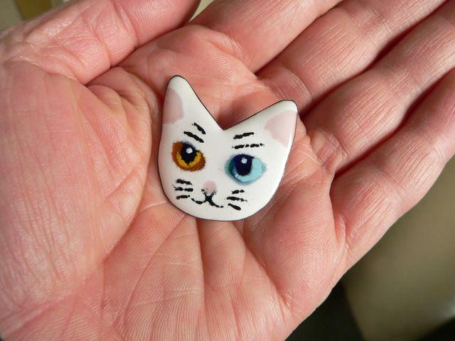 友人のおうちにオッドアイの白猫ちゃんがいて、いつも「いいにゃー・・。」と思っていたので、七宝焼でつくりました。多色盛りと重ね焼きの技法を使っています。
