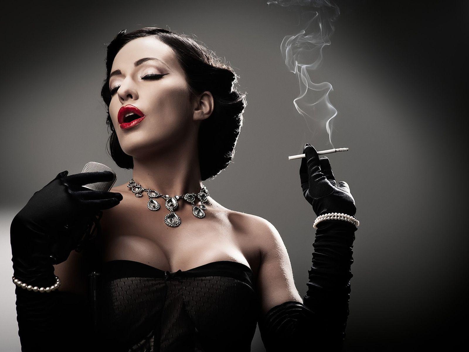 aca8d2dca8a0d0d ретро, сигарета, дым, микрофон, лицо, певица, брюнетка, в черном, платье,  перчатки, ожерелье, девушка,лицо,браслет,грудь,пепел