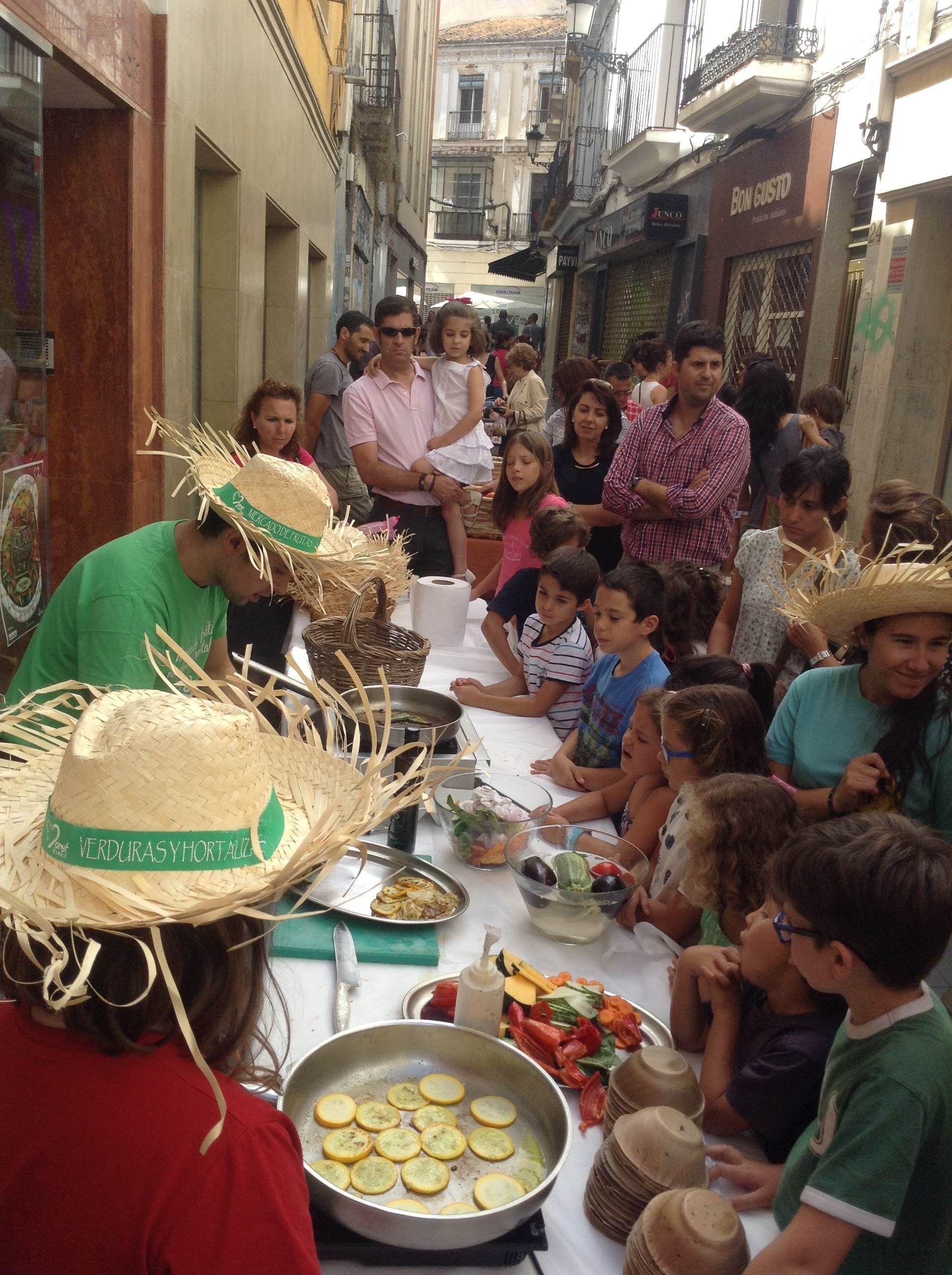 La calle Moret se viste de verde: frutas y verduras ecológicas http://kcy.me/18a8m #mercadoecológico #cáceres
