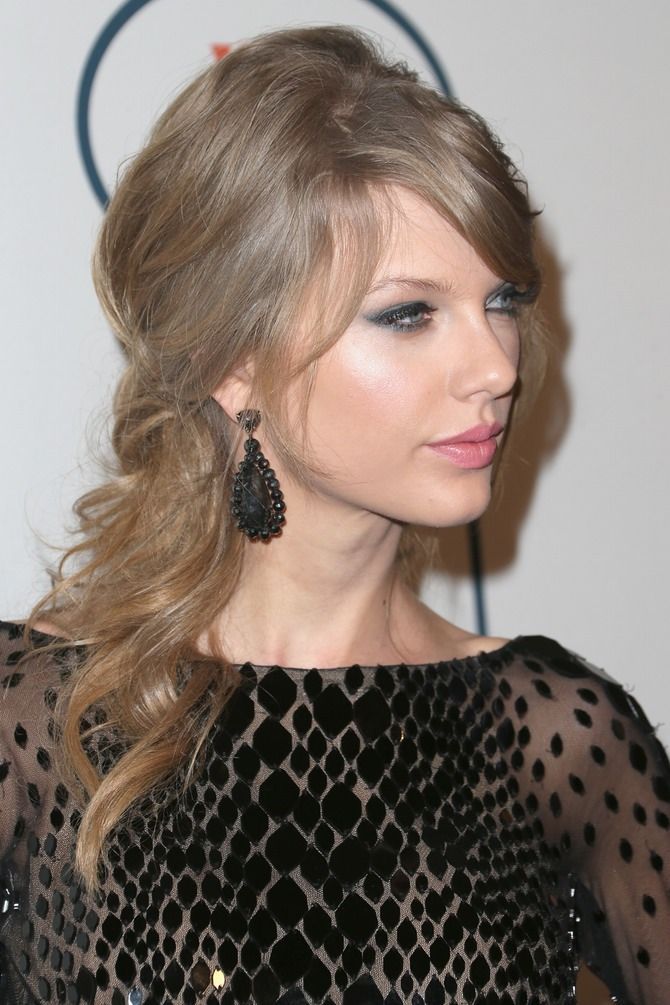 Taylor Swift Doesn T Always Rock Red Lips With Images Taylor Swift Hair Color Blonde Hair Red Lipstick Taylor Swift Hair