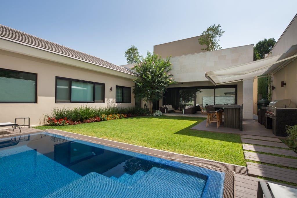 Busca imágenes de Jardines de estilo moderno de Rousseau Arquitectos. Encuentra las mejores fotos para inspirarte y crea tu hogar perfecto.