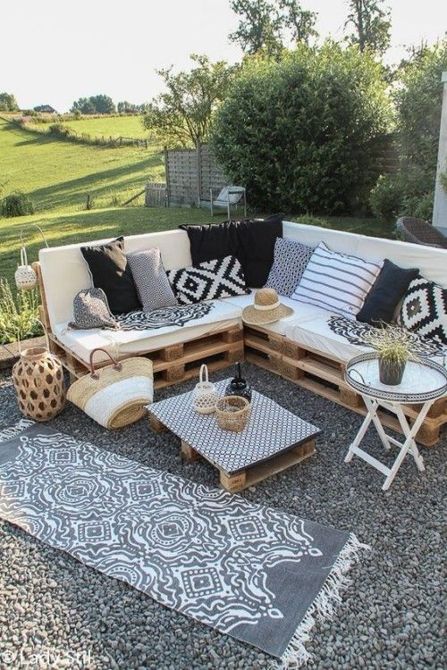 meubles de jardin en palettes canapé en L avec des coussins ...