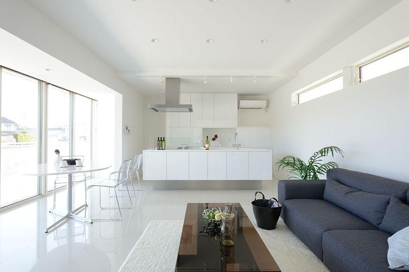 600角と大きめのタイルを床材に使い質感を高めました Home