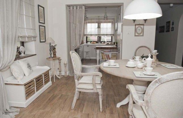 Aranzacja Otwartej Jadalni Z Kuchnia Kuchnia Z Jadalnia Prowansalska Jadalnia Z Otwarta Kuchnia Francuskie Krzesla Z Bielonego Drewna Home Furniture Home Decor