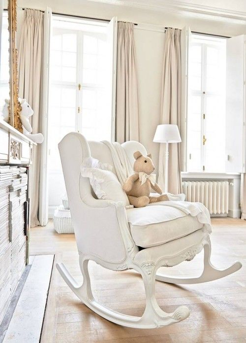 une chaise bascule couleur cr me dans une chambre b b chic bonheur pinterest bascule. Black Bedroom Furniture Sets. Home Design Ideas