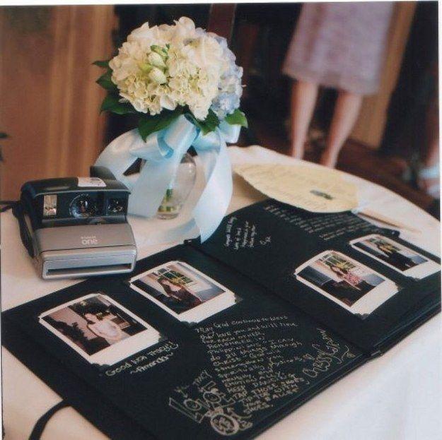 Pon una Polaroid junto a un libro de firmas y diles a todos que se tomen fotos y escriban cosas bonitas.