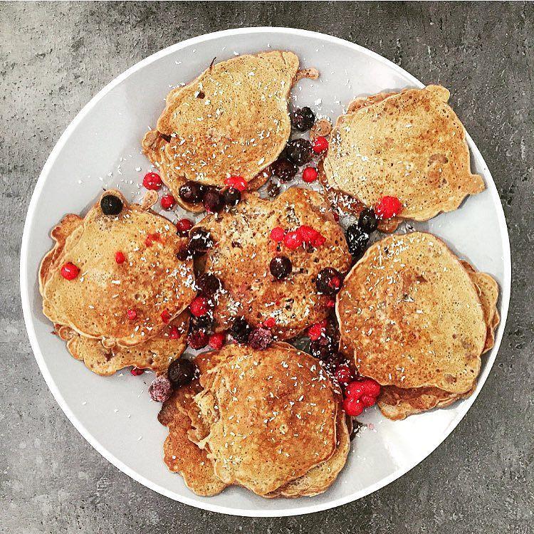 Pancakes protéinés de ce matin! Deux oeufs un scoop de whey de la maizena des flocons d'avoine sans gluten un peu de levure de la stevia du cacao non sucré et du lait d'amande jusqu'a obtention de la texture souhaitée. Faire cuire dans un peu d'huile de coco. Miaaaaaaam!  Protein pancakes I'm such a perfect wife…