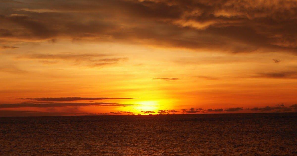 Pemandangan Waktu Senja Di Laut Refleksi Dari Matahari Yang Akan Terbenam Terlihat Di Permukaan Air Laut K Di 2020 Pantai Musim Panas Pemandangan Matahari Terbenam