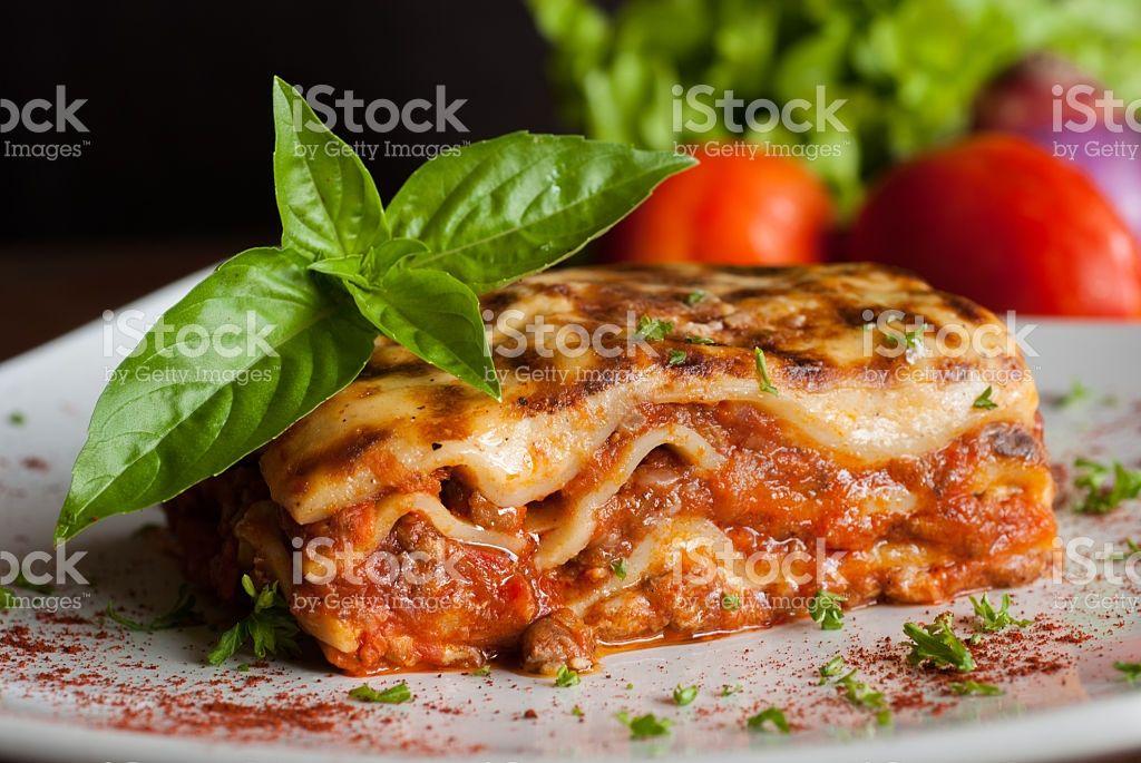 Lasagne auf einem weißen Teller square Lizenzfreies stock-foto