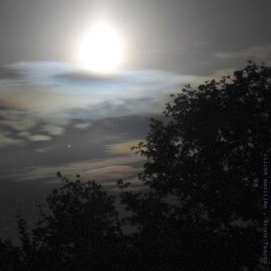 Bruno TASCON - Google+    #photo   #nuit   #Lune   #Saturne    Nuit paisible, il est aux alentours de quatre heures du matin, quelque part en Bretagne. La pleine Lune et Saturne veillent sur les Terriens.  (photo prise durant la nuit du 18 au 19 juin 2016, vers 4h20 du matin en Bretagne-Sud, 56 - France)