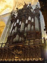 Catedral de Santa María de la Sede de Sevilla. Es la catedral gótica cristiana con mayor superficie del mundo. Según la tradición, la construcción se inició en 1401, aunque no existe constancia documental del comienzo de los trabajos hasta 1433. Obra del siglo XV, majestuoso templo de cinco amplias naves.La edificación se realizó en el solar que quedó tras la demolición de la antigua Mezquita Aljama de Sevilla, de la cual se conservan el alminar (la Giralda) y el Patio de los Naranjos…
