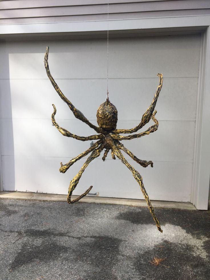Einfache Diy Hangende Spinne Hergestellt Aus Aluminiumfolie Und Drahtha Halloween Al Aire Libre Manualidades Halloween Decoraciones De Halloween Al Aire Libre