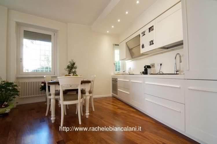 idea tavolo classico + cucina lineare bianca