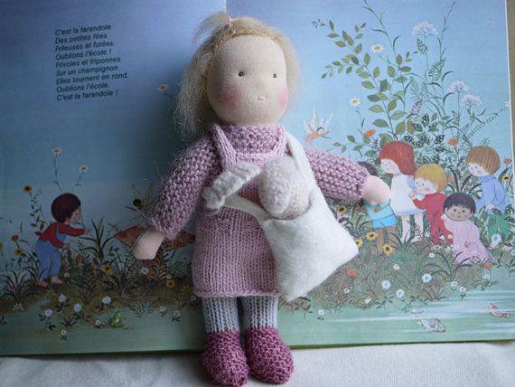 Poupée Waldorf tricotée avec un lapin et un sac en par MainsDeLaine