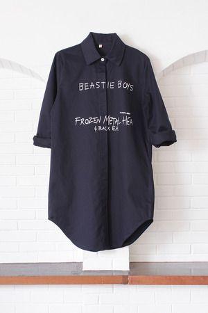 เสื้อเชิ้ต เดรสเชิ๊ต ผ้าคอตตอน สีกรมท่า สกรีนลายตัวหนังสือ : Street Fashion Outfits & Authentic Vintage [เสื้อผ้าสตรีทแฟชั่่น เดรสวินเทจพรีเมี่ยม]