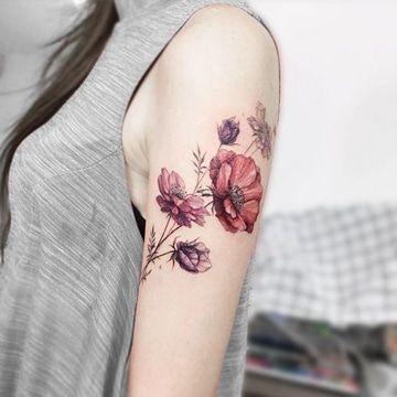 tatuajes de flores a color hombro