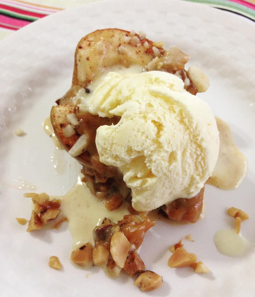 Ahhh o sábado!!! Um dia para estar com a família e almoçar bem! Dia que merece uma sobremesa diferente... A de hoje foi essa (inventada na hora e com o que tinha em casa): maçã recheada com doce de leite e coberta de castanha-do-pará ao forno servido com sorvete de creme #maçã #docedeleite #castanhadopara #sorvetedecreme #sobremesa #felizsabado #apple #caramel #braziliannuts #vanillaicecream #dessert