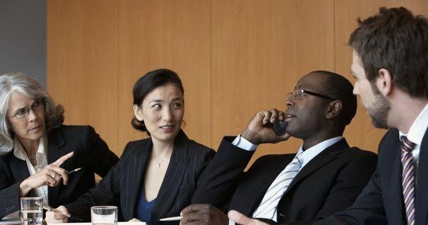 Uso do celular no ambiente de trabalho pode gerar demissão por justa causa - Notícias - R7 Economia