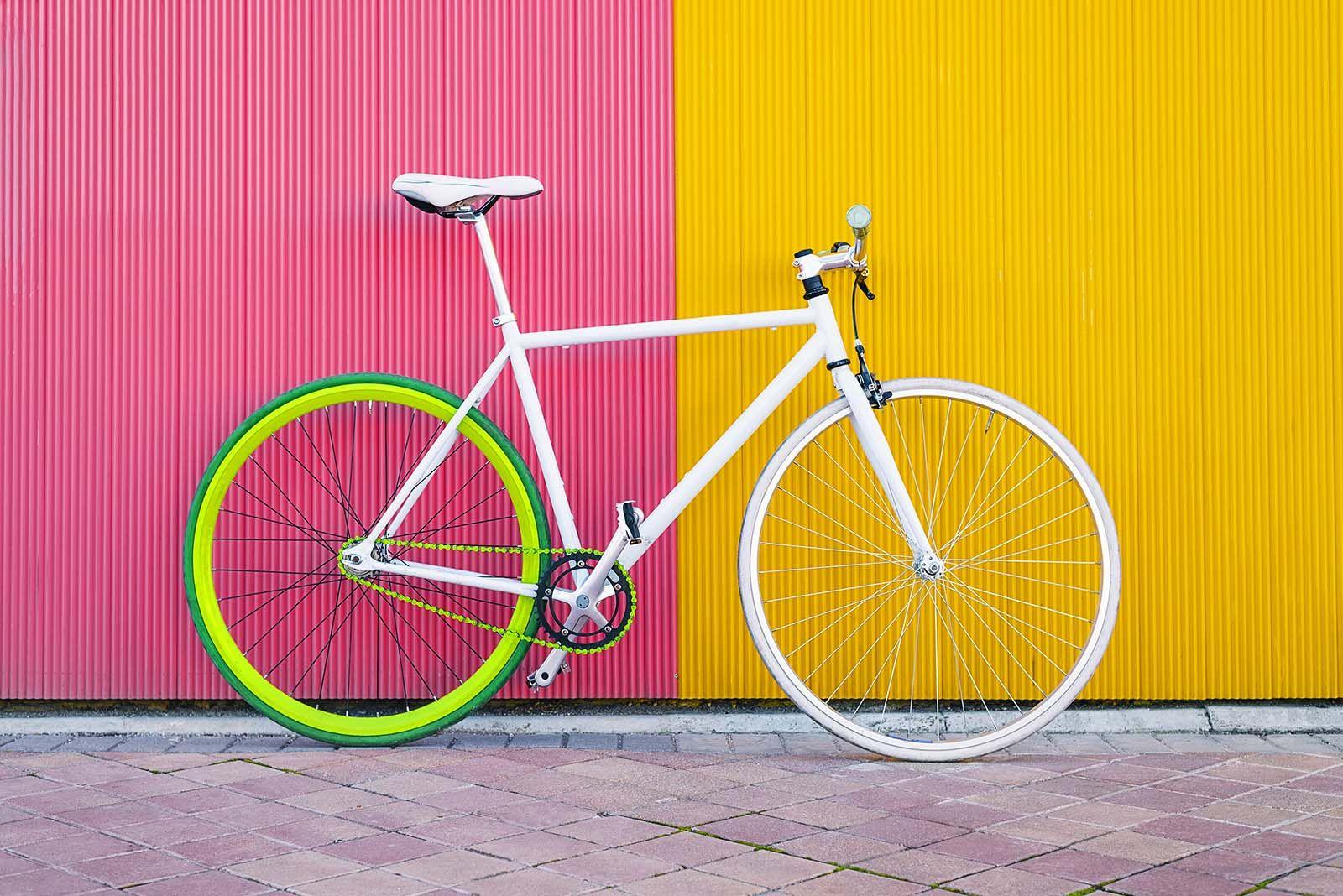 Las fixies son bicicletas sencillas que se caracterizan por utilizar un piñón fijo, de ahí su nombre. Este tipo de bicicletas son especialmente eficientes en ciudades con pocas pendientes y al ser máquinas simples requieren menos mantenimiento que otras bicicletas. El piñón fijo no es algo nuevo, previo a la aparición de los desviadores, todas …