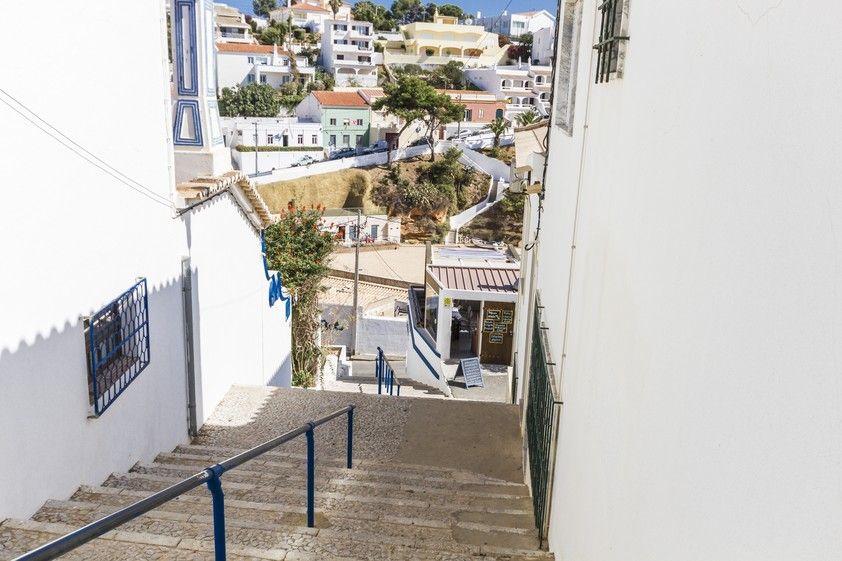 As casas tradicionais com vista mar são um dos exlibris do Carvoeiro. As ruas do Carvoeiro são estreitas, origem de uma cultura pescatória, em que ...