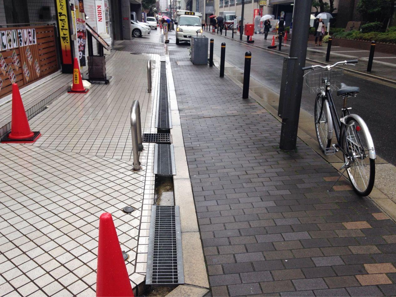 気付いた件 大阪市内の敷地は道路境界に排水溝が敷地内 一部境界上 にあってグレーチングの設置がたまに抜けていたりします セットバックしてるとこは気をつけないと危ないです 東京の公開空地と歩道端のl型溝も危ないですが 権原 管理の関係が違います My