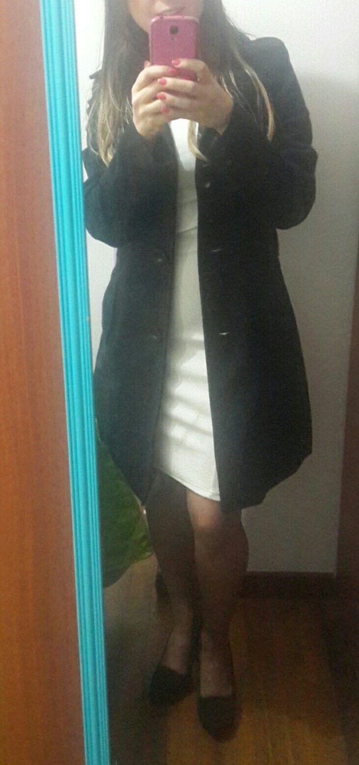 Vestido blanco zapatos negros gabán negro