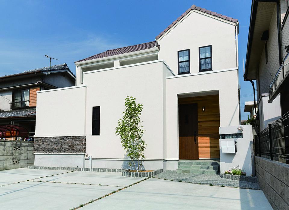 瓦 三角屋根のお家 外観 瓦屋根 三角屋根 窓 塗り壁 自然素材