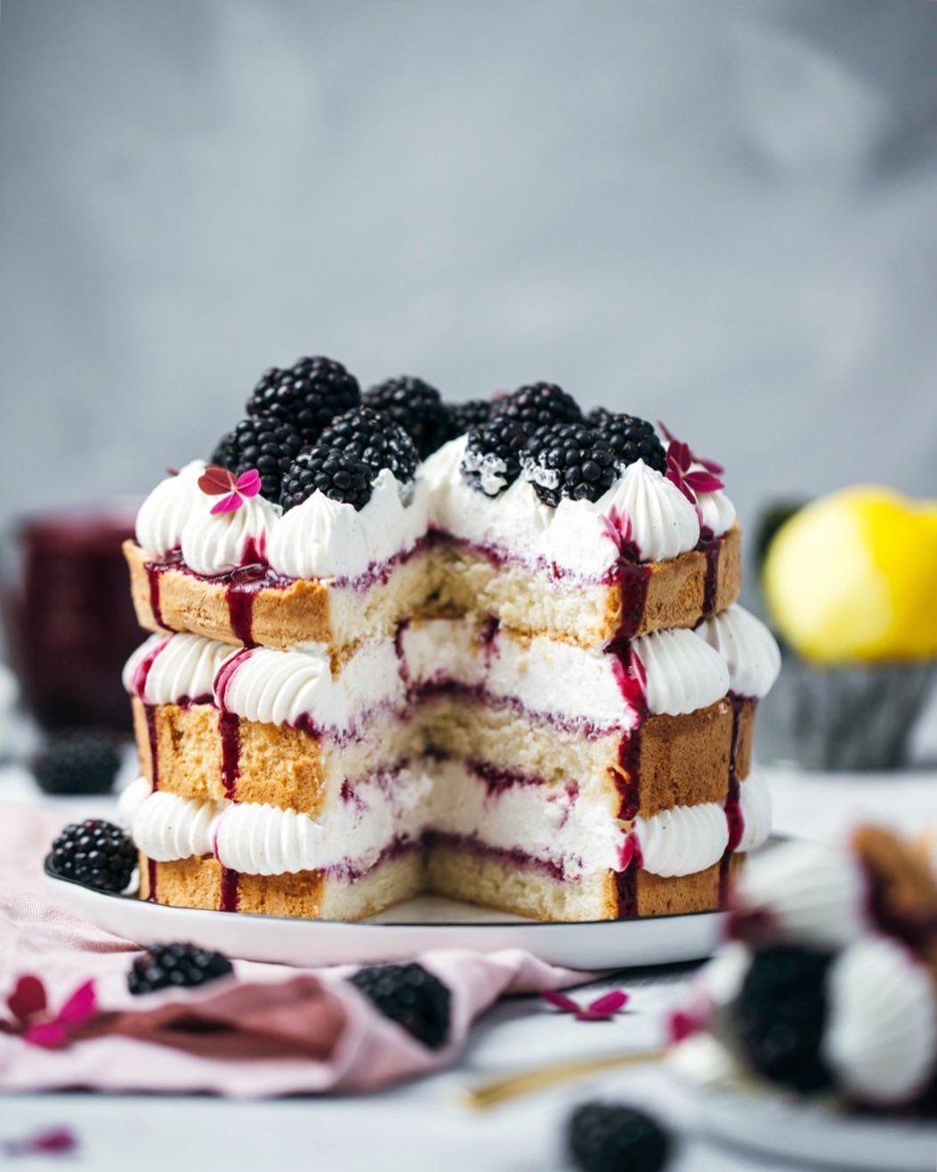 Ein Stückchen Brombeer-Biskuit-Torte fehlt schon...