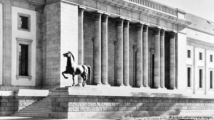 Uma das esculturas em frente à Neue Reichskanzlei em Berlim, em 1939