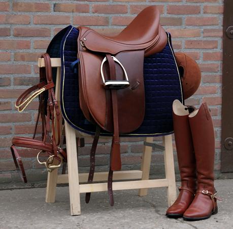 En sadel i farven brun med brun trense. Springsadel meget velholdende og man sidder rigtig godt i den. Fås fra str 15 tommer til 17 tommer.
