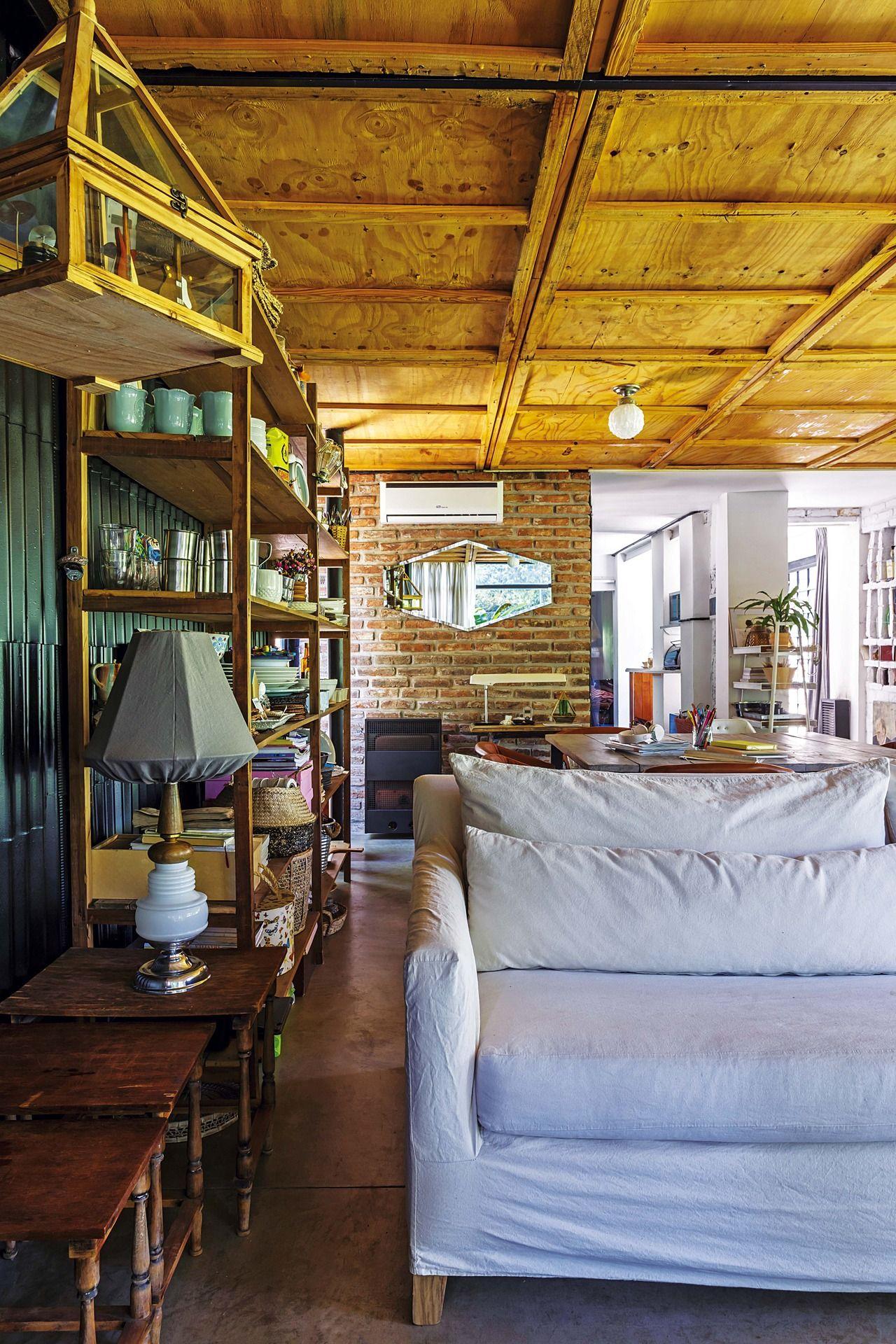 Una Casa Decorada Con Materiales Fuera De Lo Com N Ladrillos  # Muebles Rusticos Con Toque Moderno