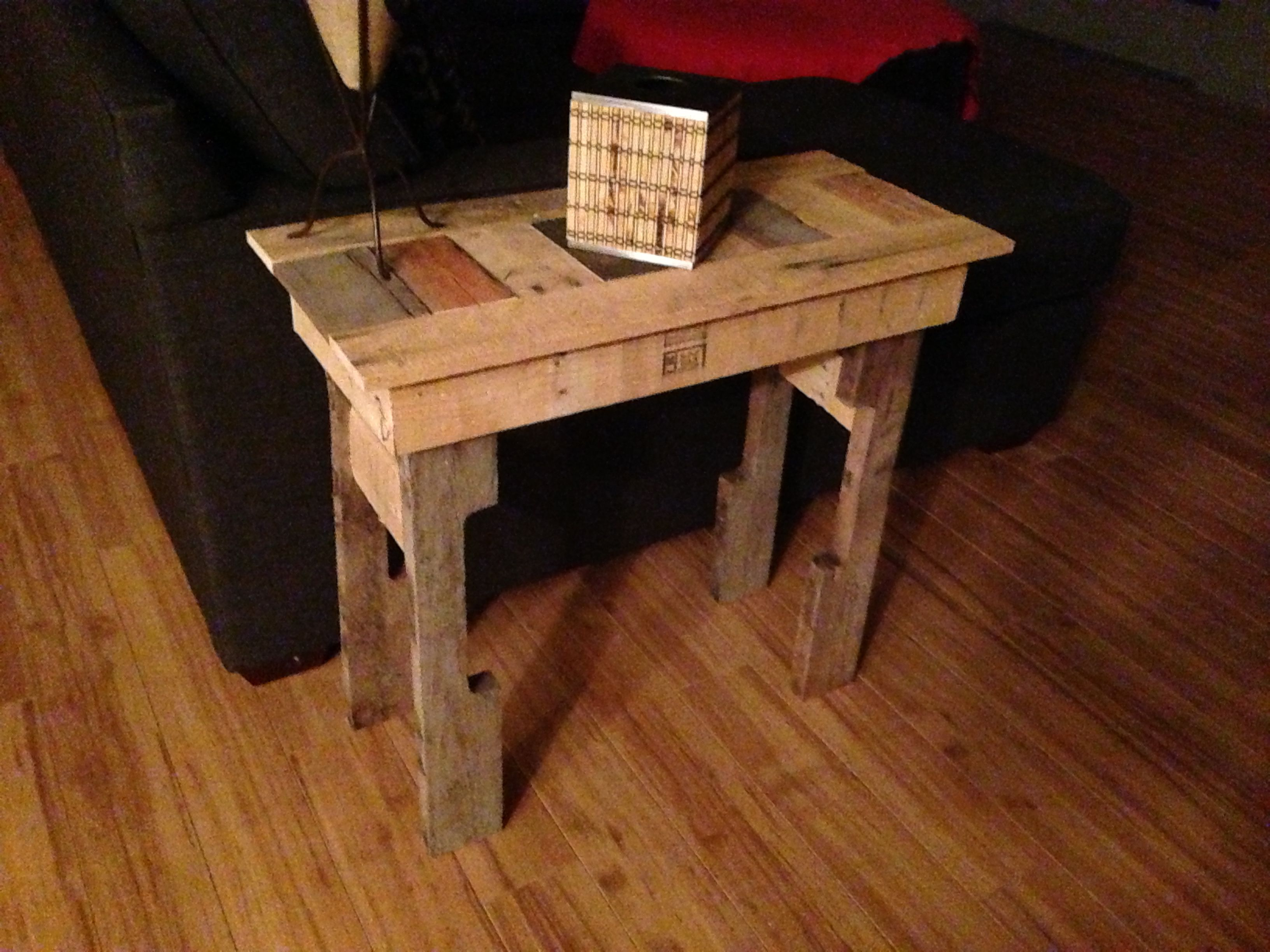 How to make a sofa table out of floor boards - Pallet End Table Diy