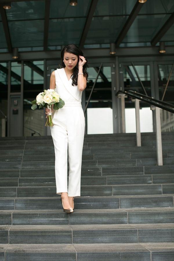 Die moderne Braut sieht auch im weißen Hosenanzug perfekt aus.